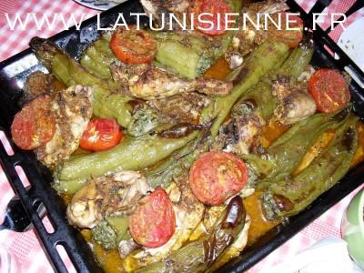 Felfel mehchi – Plateau de piments farcis avec poulet et tomates du jardin